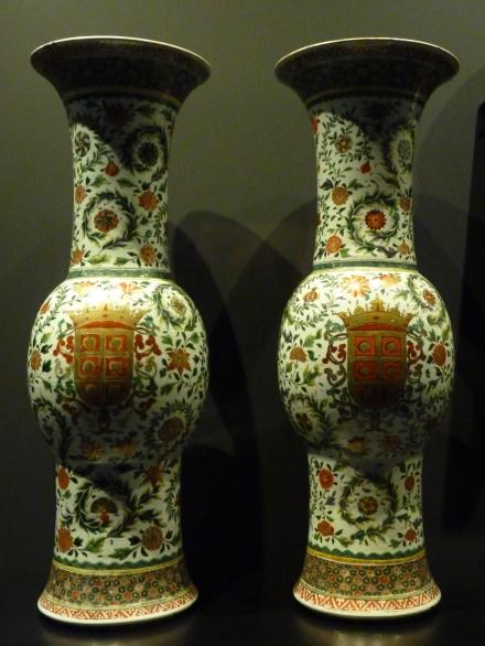Paire de vases, Chine, dynastie Qing (1644 - 1911), période Kangxi (1662 - 1722), vers 1690, porcelaine avec émaux «famille verte» et décor doré