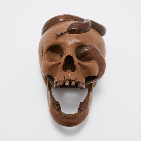 Izumi Sukeyuki, Crâne au serpent, vers 1914, bois, corne et argent