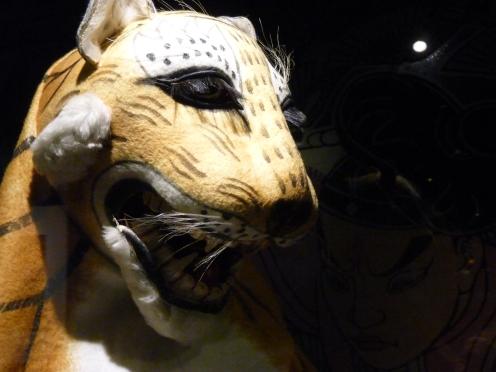 Masque du tigre de l'opéra Au bord de l'eau, Beijing, fin du XXème siècle, textile et carton, collection Kwok On