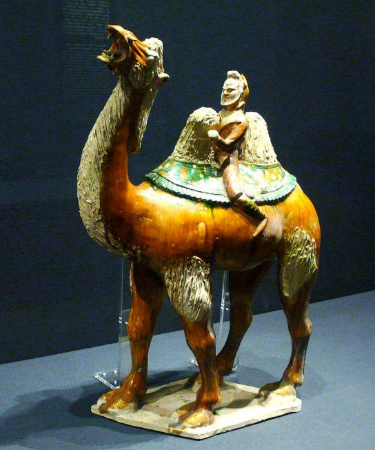 Chameau et marchand sogdien - mingqi, Tang (618-907), terre cuite et couverte sancai, Beijing, Palace Museum CC BY 2.0