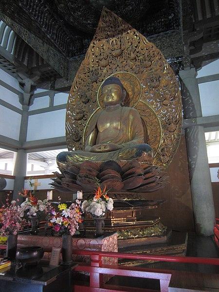 Amida, XIIe siècle, bois doré, hall du phénix, temple Byodo-in. Source: Wikicommons.