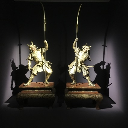 Miyao Company, Paire de samouraïs, vers 1890, Bronze, dorure, argent, shakudo, h : 225 cm, collection Khalili, Londres. Photo : Manon Sarda.